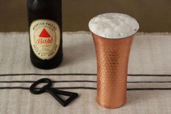 鉄の5倍、ステンレスの25倍もの熱伝導率を誇る銅は、冷えたビールの器に最適で、最後の一口まで冷たく美味しくいただけます。特にほっそりとしたフォルムが素敵なビアカップはラッパ型に上部が広がっているので、ビールの泡がきれいに膨らみ、より美味しくビールがいただけそう。