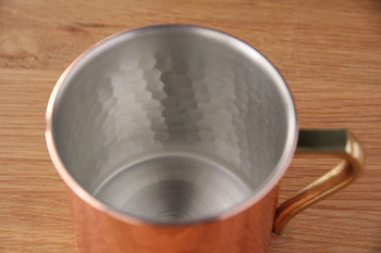 銅の特徴として加工のしやすさがあります。こちらのビアマグも、1枚の銅版から成形されているので、底面と側面の境目がとても滑らか。そして見た目の美しさだけでなく、銅イオンが微生物の発生を防いでくれるので、衛生的にも安心して使えます。