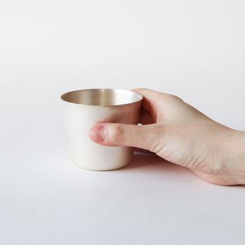 上記の画像の落ち着いた佇まいの「copper pink」と、こちらの画像の清潔感あふれる「silver」。どちらも直径7.5×高さ6.5(cm)と、手に収まりやすく、ビールやアイスコーヒーのグラス以外に、アイスクリームカップとしても使えて便利です。