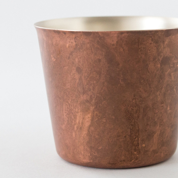 塗料を使用せず、銅の素材が持つ特性を利用して着色するtone(トーン)ならではの色彩は、様々な技法や薬品の組み合わせにより、青銅色や宣徳色、朱銅色、焼青銅色など、数十種類ものカラーバリエーションがあります。
