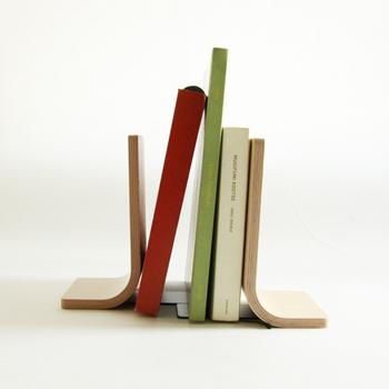 北欧家具によく使われているプライウッドのブックスタンド。横幅が自由自在に変えられるため、本が増えても安心です。洗練されたデザインとナチュラルなも魅力的。