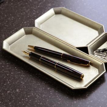 「FUTAGAMI(フタガミ)」の文具トレイは、大・中・小の3サイズ展開。真鍮の落ち着いた質感が、デスク周りを品よく見せてくれます。使うほどに、味わいが増すのも魅力的。底には滑り止めが付きで、実用性にも配慮しています。