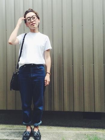 体操服のような雰囲気が個性的なTシャツに、デニムを合わせたシンプルコーデですが、黒のローファーやメガネで、エッジを効かせて。SEIKOの腕時計が、さりげなくポイントになっています。