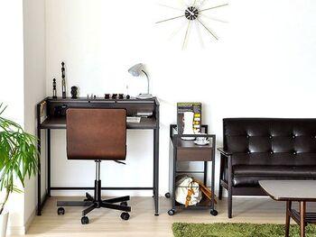 コンセントが付いているので、PCやスマホなど電子機器の充電に便利。モダンなブラウンとやさしい印象のナチュラルの2色があります。お部屋の雰囲気に合わせてお選びください。