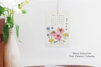 色とりどりの花が描かれたカレンダーは、季節に合わせた花が描かれています。全部で12枚あり、月毎に1枚のカレンダーになっていて、まるでお花を飾っているよう。手書きの文字も優しくほっこり。スタンドやデスクの壁面に吊るすタイプです。