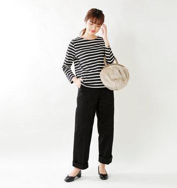 黒のワイドパンツに、ゆったり着られる白黒ボーダートップスをラフに合わせたスタイリングです。足元は黒のパンプスで、カジュアルになり過ぎないよう大人の女性らしいエッセンスをプラスしています。