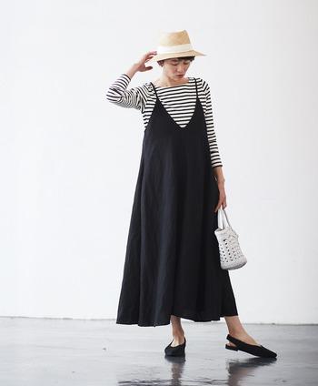 細ボーダーのロングTシャツを、黒のキャミソールワンピースとレイヤード。白黒ボーダーはどんなお洋服ともなじむので、インナーに悩んだときのお助けアイテムとしても大活躍してくれます。