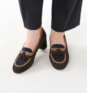 ブラウン×ブルー×カーキの敗色が、大人っぽさと季節感をしっかりアピールしてくれるローファーシューズです。安定感のある太めのチャンキーヒールで、歩きやすいのも魅力的♪