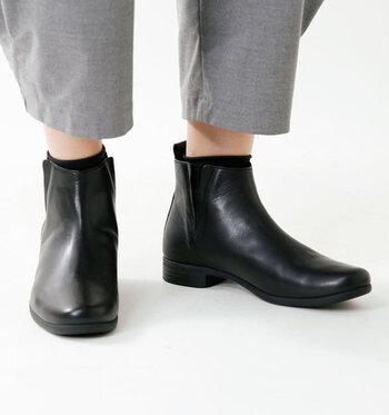 ベーシックな黒のサイドゴアブーツは、晴雨兼用で活用できるシューズ。低反発特殊ウレタンのインソールを採用し、歩きやすさも抜群です。旅行やアウトドアなど、さまざまな場面でアクティブとおしゃれの両立を叶えてくれます。