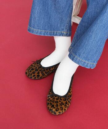 レオパード柄が季節感たっぷりなバレエシューズ。白靴下との組み合わせで、柄がパッと映えるコーディネートが楽しめます。ちょっぴり個性の強いシューズなので、シンプルコーデのワンアクセントにプラスするのがおすすめ♪
