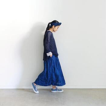 鮮やかなブルーと落ち着きのあるネイビー。同系色でもトーンや素材を変えるだけで、変化のあるスタイルに仕上がります。
