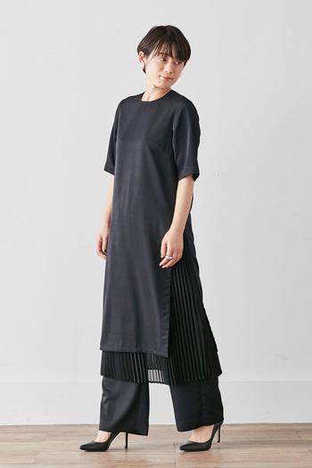 黒の半そでワンピースに、プリーツスカートとワイドパンツがセットになったアイテム。ワンピース×ボトムスのセットアップも上品ですが、3点レイヤードでも使えるのが魅力的ですね♪秋冬コーデには柄やカラーの羽織りをプラスして、おしゃれに寒さ対策を。