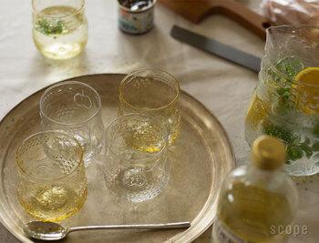 フルーツモチーフがキュートな「Frutta(フルッタ)」。吹きガラスなので、厚みや柄の出方は均一ではありませんが、そこに味があります。