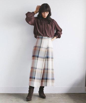 台形型になったスカートは、女性らしさを演出できる人気アイテム。2019年の秋冬コーデは、季節感たっぷりなチェック柄の台形スカート人気が高まっています。ラップスタイルのデザインを採用しているものも多く、気軽にトレンド感を演出することが可能です。