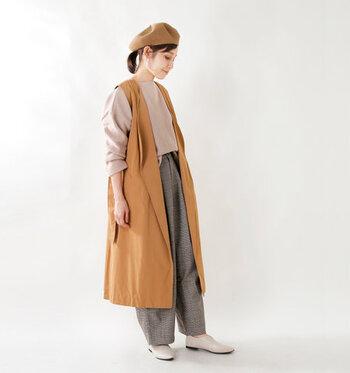 ロングジレとして着用しているスタイリングです。同じコーディネートでも、雰囲気がグッと変わりますね。ベレー帽で季節感をアピールした、素敵な秋冬コーデです。