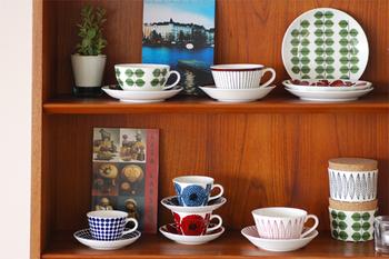 食卓を華やかに飾ってくれる北欧食器は、食器棚にしまって隠してしまうのがもったいないほど。見せる収納をすれば、インテリアとしても活躍してくれます。
