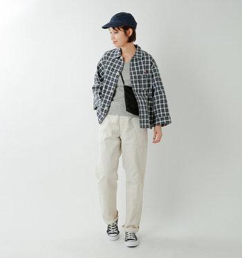 チェック柄のシャツジャケットは、程よい厚みでワークテイストな印象を与えるアイテム。グレーのトップスとホワイトデニムで、メンズライクに着こなしています。小物は黒でまとめて、とことんボーイッシュな秋冬コーデに。