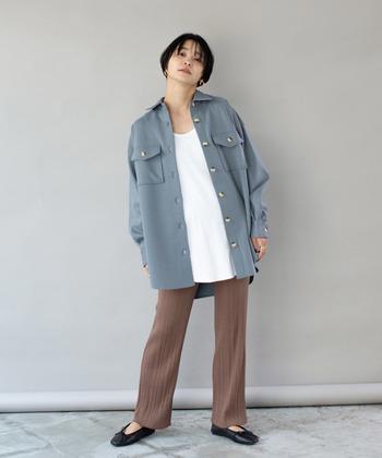 シャツのデザインを厚手の素材で作り、アウター仕様に仕上げたシャツジャケット。秋は羽織として、冬はアウターの下に合わせるインナーアイテムとして、ロングシーズン大活躍してくれるトレンドアイテムです。秋冬コーデを今っぽく見せるアイテムが欲しいなら、シャツジャケットがおすすめ♪