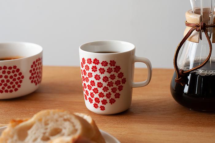 赤い小花がたくさん描かれた「Puketti(プケッティ)」。ポップな絵柄が食卓を明るく元気にしてくれます。