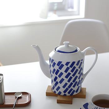 スウェーデン在住の大矢真義(おおやまさよし)さんデザインのティーポット。ランダムなブルーの長方形が動きを生んでいます。ゆるやかなカーブの注ぎ口がエレガントで雰囲気があり、あえて出しっぱなしにしておきたくなってしまいます。