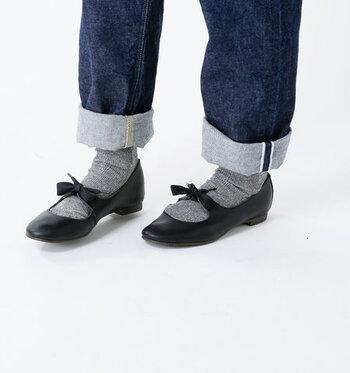 ローヒールやフラットな革靴は、フェミニンな雰囲気。シンプルなバレエシューズやストラップ付きのかわいらしいものまで、コーデに少しだけ柔らかさを加えるときに選ぶと良いでしょう。
