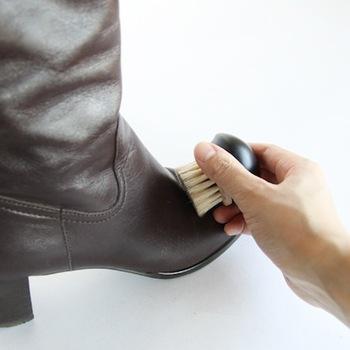 毎日のケアは、履いた後にブラッシングをしたり布を使って汚れを落としてあげれば十分。革は湿度に弱いので、履いた直後はすぐにしまいこまずに乾燥させてあげるのが◎です。  そして1~2週に1回は、丁寧にクリームを使ったケアをしてあげましょう。