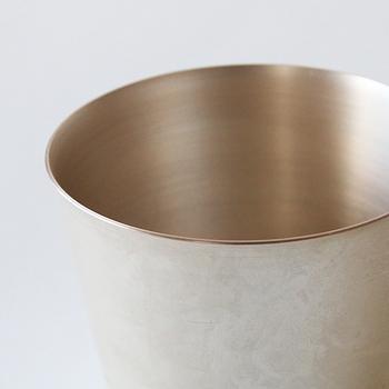 400年もの歴史がある高岡銅器の伝統を受け継いで作られている「tone(トーン)」の「cup(カップ)」。