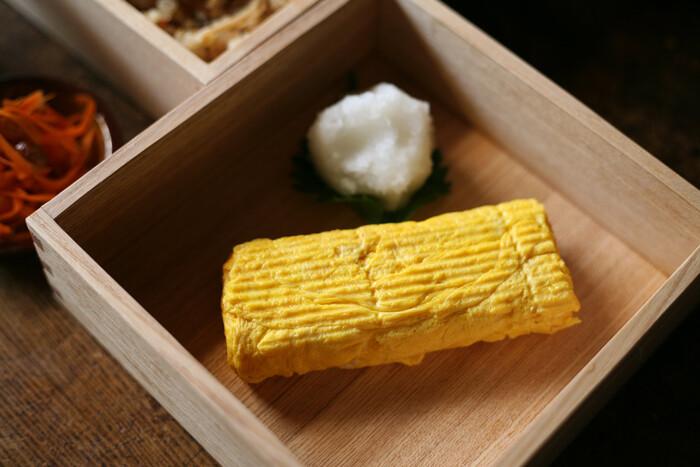 厚めの銅板で形成された銅製玉子焼鍋は、ムラなく均一に熱が伝わるので、焼きムラや焦げつきが起こりにくいため、ふんわり美味しい卵焼きを作れると評判です。