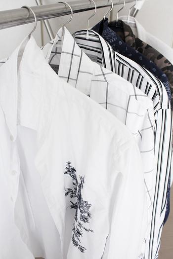 Yシャツなどのガンコな襟汚れには、男性用スクラブ洗顔料を使ってみて。女性用よりも粒子が大きく、繊維に入り込んで汚れをかき出してくれるんです。たっぷりの洗顔料を粒の感触が無くなるまでやさしくすりこみ、すすいだら洗濯機へ。