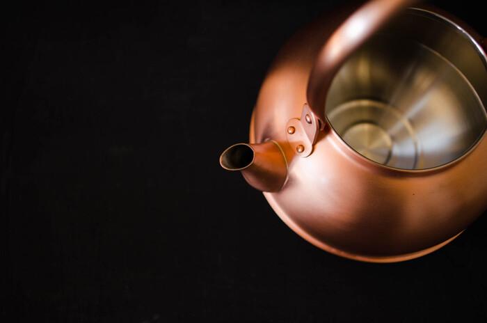 優れた熱伝導性の他、抗菌や除菌作用、さらに塩素を分解する作用がある銅は、薬缶にとても適しています。また、銅の赤金色が、次第に深みのある飴色へと変化してゆくのも素敵。末永く愛用したくなる逸品です。