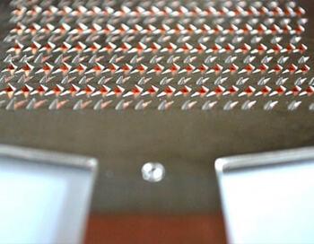 銅板に金槌で鏨を打ちつけながら、一目ずつ丁寧に刃を立てて作られています。ちゃんと目が立っているため、切れ味抜群で、軽い力でおろすことができます。