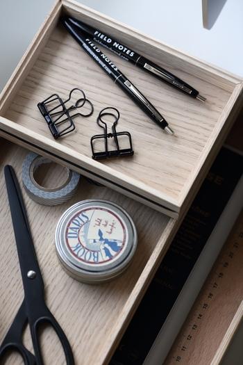 文具は使いやすく、手に馴染むものを厳選して一種類につき、ひとつずつ用意するようにしましょう。おまけでもらったボールペンなどばかりが沢山あるような机は使いづらい机だということを念頭に置き、すっきりを心がけましょう。