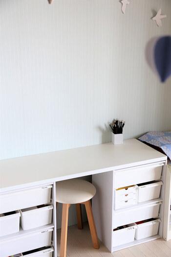 机の上にはペン立てだけを置いて、広々とした作業スペースを確保しています。必要なものはすべて引き出しの中に収納することで、整えられた印象が強まります。