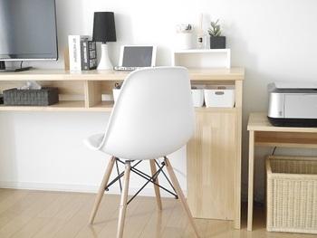 小さなワークスペースでも、素敵な椅子が一脚あるだけで、空間としての完成度がぐっと高まります。座り心地の良い椅子は、長い時間、作業するときに体の負担も軽減してくれます。