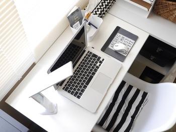 モノトーンでまとめたデスク周りはそれだけで、きちんとした雰囲気を生み出してくれるものです。白いチェアには、黒と白のボーダークッションを置いて、黒の色味の割合を増やしています。