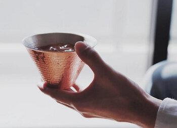 縁起物としてだけでなく、冷たいドリンクに最適な銅を使っており、口にあたる飲み口のカーブした飲みやすい形状や、飲み物がよく見え、美味しさをより感じることができるように工夫されてる大きく開いた飲み口など、機能性もバッチリ。