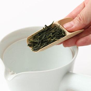 お茶を淹れる時の基本として、まず茶葉の量を見極めることは重要です。茶葉の量をケチるとせっかくの上等な茶葉も美味しさが半減してしまうので、気をつけましょう。 煎茶、番茶、ほうじ茶...日常使いの緑茶は、1人分3〜4g程度が目安。新茶や玉露など、苦みが少なく香り高いお茶は多めを心がけるとより美味しくいただくことができます。  茶葉の量が量れる茶さじがあるととても便利です。