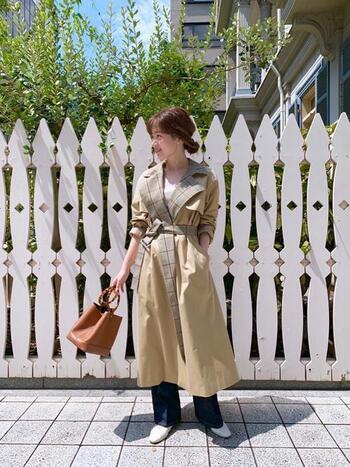 チェック柄が個性的なおしゃれトレンチを主役にしたコーデ。ウエストマークして女優さんみたいに小粋に着こなして。