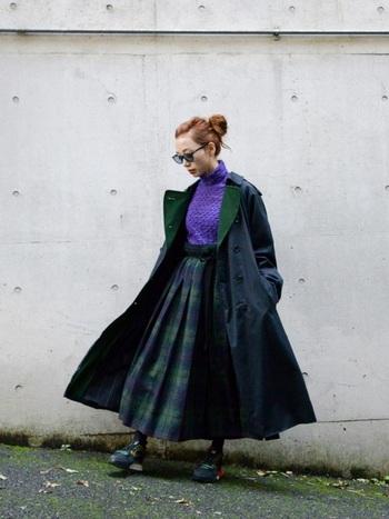 バーバリーのネイビーのコート。トラッドな印象のチェックのスカートがよくマッチしていますね。