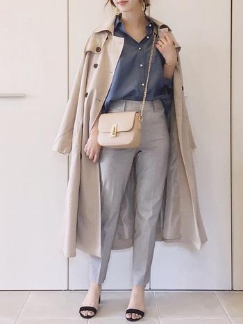 通勤時の羽織りものにもトレンチコートは大活躍しますよね。かっちりした印象になりすぎないよう、イヤリングや小さ目バッグで女性らしさをプラス。
