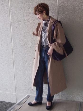 大き目バッグにペタンコシューズで、たくさん歩きたい日にぴったりなコーデ。幅広目の袖部分がかわいらしいですね。