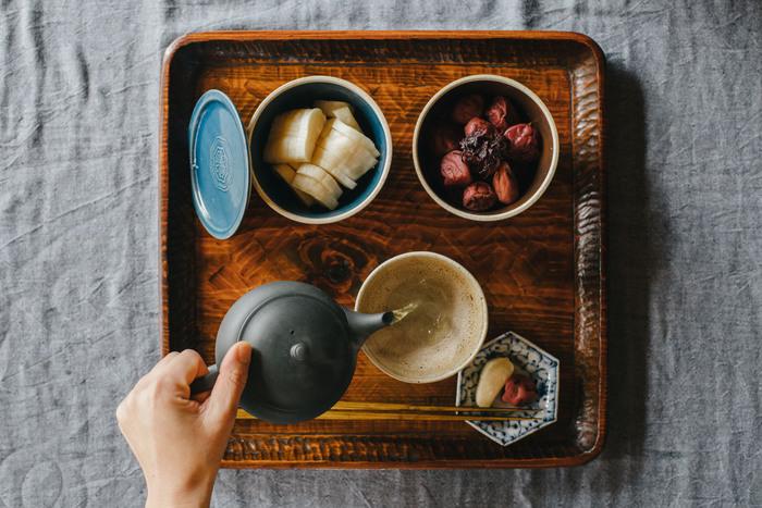 刺激が少なく、優しい香りや風味を楽しめる日本茶。古くから、日本人が慣れ親しんでいる味でもあり、食事中や食後、または午後のひととき...シチュエーションを問わず、どんな時にも似合う懐の深さが魅力です。だからと言ってはなんですが、もしかしたら、あまりにお馴染みすぎて、無頓着にお茶を飲んでいるという人も多いかもしれません。美味しい日本茶を丁寧に美味しく淹れていただくという行為、改めて見直してみませんか?