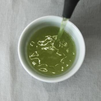 かぶせ仕立て(日を遮り育てる期間があること)で、丁寧に手をかけ作られた深蒸し茶。渋みよりも甘みが強く、まろやかでふくよかな味わいが贅沢なお茶です。緑が濃く、玉露のような高級感があるのも魅力。ぬるめのお湯で、丁寧に淹れていただきましょう。