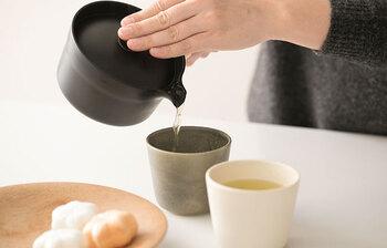 湯飲みに移す時もほんの少しの心配りを。ポイントは、濃さが均等になるように、少しずつ注ぎ、最後の1滴まできちんと絞りきること。急須に1煎目の湯を残してしまうと2煎目に余計な雑味や渋みが出てしまうので、最後の1滴まで残さないというのは意外と重要です。また、茶葉が開いている2煎目は旨味や渋みも溶け出しやすい状態。やや熱めのお湯でさっと注いでいただくと1煎目とは違う味わいを感じることができます。