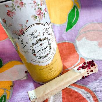 紅茶の入れ物のような花柄の筒には、ストロベリーやラズベリー、ナッツ味のスティック状ラスクが3本入っています。母の日ギフトにも喜ばれそうです。