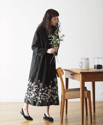 こちらのワンピースは、裾にほどこされた花の刺繍がエレガントな雰囲気。黒×キナリのシンプルな配色なのでデニムやアウターとも合わせやすく、様々なコーディネートに活躍してくれそうです。