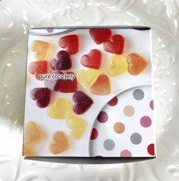 かわいいハート型の「ピュアココゼリー」は、ポップなドット柄のパッケージに入っています。いちご、オレンジ、レモン、ブドウの4種類のフレーバーも楽しい♪