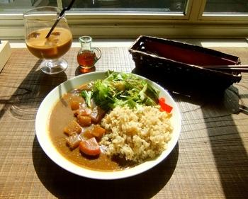 人気メニューは野菜たっぷり玄米カレー。具がゴロゴロ入っていて食べ応えがあります。玄米は粒の食感が感じられ、栄養もたくさん摂れるのが嬉しいですね!
