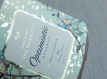 100%天然由来の製品で、ローズやベルガモットなど、12種類ものエッセンシャルオイルが配合されていて、香りもフローラル♪泡立ちもリッチできめ細やか、華やかな香りに包まれながら、しなやかな髪質を育んでくれるシャンプーです。
