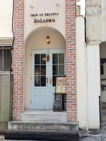 住宅街にひっそりと佇む「moineau」。ギャラリーも併設されています。奥まった所にあるので、見逃さないように注意です!レンガ調の外壁やアーチ型の入り口など、全てが可愛らしいですよね♪